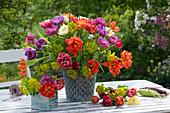 Strauß aus Tulpen und Wolfsmilch als Tischdekoration