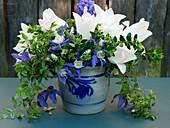 Blau-weißer Frühlingsstrauß mit Tulpen und Clematis