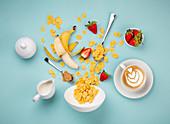 Cornflakes und Obst als Zutaten fürs gesunde Frühstück