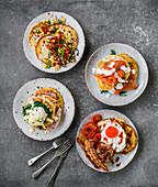 Vier Pancakes-Varianten - mit Mais, Räucherlachs, Eggs Benedict und englisch