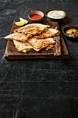 Quesadillas mit Linsen, Mozzarella und Frühlingszwiebeln