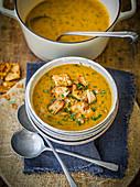 Karottensuppe mit Hähnchen und Koriander