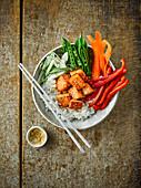 Poke Bowl mit Lachs und Gemüse