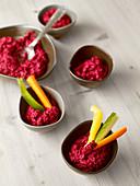Rote-Bete-Hummus mit Gemüsesticks
