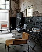 Wohnzimmer im Industrie-Stiel: Verschiedene Ditzmöbel, Konsolentisch und Spind