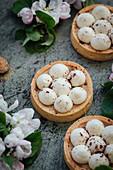 Tartlets with macadamia and vanilla cream