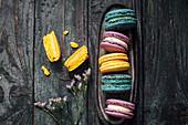 Bunte Macarons in Blau, Lila und Gelb
