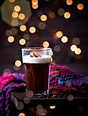 Volle Bohne (schwarzer Kaffee mit Mandellikör und Schlagsahne)