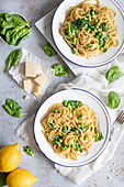 Pasta with spinach, peas and lemon