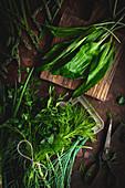 Grüner Spargel, Bärlauch und frische Küchenkräuter