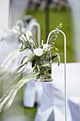 Festliche Blumendekoration mit Prärieenzian, Ehrenpreis und Eukalyptus