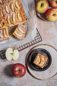 Apfelkuchen auf Abkühlgitter