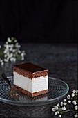 Schokoladen-Sahne-Schnitte auf Glasteller