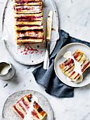 Brotpudding-Kuchen mit Rhabarber, Himbeeren und Vanillesauce