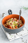 Reisgericht mit Wurst und Karotten