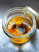 Zutaten für Salatdressing (Öl, Essig, Salz, Pfeffer) im Glas