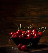 Kirschen in einer Schale vor dunklem Hintergrund
