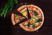 Gemüsepizza mit Bimi, Tomaten, roten Zwiebeln und Feta