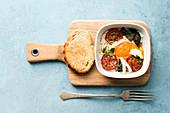 Baked Egg mit Tomate, Basilikum und Röstbrot