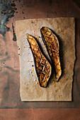Gebratene Auberginen auf Pergamentpapier