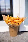 Pommes frites in Papiertüte
