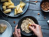 Süsse Samosas und Röllchen mit Cremefüllung, Honigglasur und Mandeln (Tunesien)