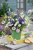 Frühsommerstrauß mit Lupinen, Margeriten, Rosen, Witwenblumen, Wiesenkümmel und Gräsern