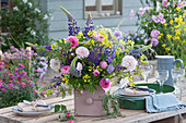 Bunter Frühsommerstrauß mit Rosen, Lupinen, Rapsblüten, Witwenblume und Storchschnabel, Rosenzweige und Graskranz