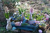 Osterdeko im Garten mit Hyazinthen, Narzissen 'Toto', Strahlenanemone, Osterhasen und Ostereiern