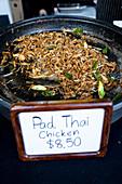Pad Thai (thailändisches Nudelgericht) an Verkaufsstand