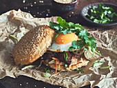 Banh Mi Burger mit Spiegelei
