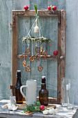 Biergarten-Deko für daheim : alter Fensterrahmen mit Bierflaschen, Krügen, Gläsern, Kranz mit Brezeln, Radieschen und Zwiebel
