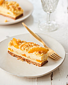 Crumble cake with apricots