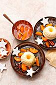 Weihnachtliches Clementinenparfait in Kranzform mit Kompott und Zimtsternen