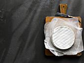 Brie auf Holzschneidebrett