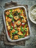 Gebackener Tofu mit Kimchi, Maiskölbchen und Zuckerschoten