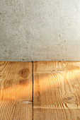 Holztisch vor Betonwand