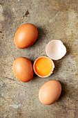 Braune Eier, eines aufgeschlagen