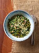 Grüne Spaghettoni mit Erbsen, Speck und Salsiccia