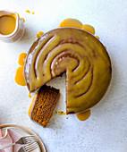 Honig-Dattel-Kuchen, angeschnitten