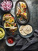 Gegrillte Tacos mit Maiskolben, Feta-Avocado-Creme und roten Zwiebeln