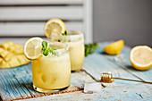Spritziger Mango-Cocktail