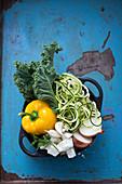 Grünkohl mit Feta, Knoblauch, Paprika, Zoodles und Zwiebel