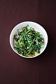 Bohnen-Röstschalotten-Salat mit Estragon und Haselnüssen