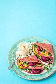 Rote-Bete-Pfannkuchen mit Hummus und Rote-Bete-Klösschen