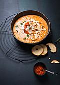 Vegane Paprika-Kartoffel-Suppe mit Ajvar und Knoblauch-Brotchips