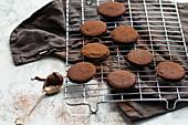 Schokoladenplätzchen mit Cremefüllung