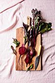 Rote Bete mit einem Messer auf Holzbrett
