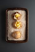 Ofenkartoffel mit Butter auf Salzbett