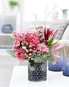 Strauß in rosa-pink-Tönen: Gerbera, Hortensie, Rosen, Korallenbeeren, Johanniskraut-Beeren, Bromelien und Guernseylilie
